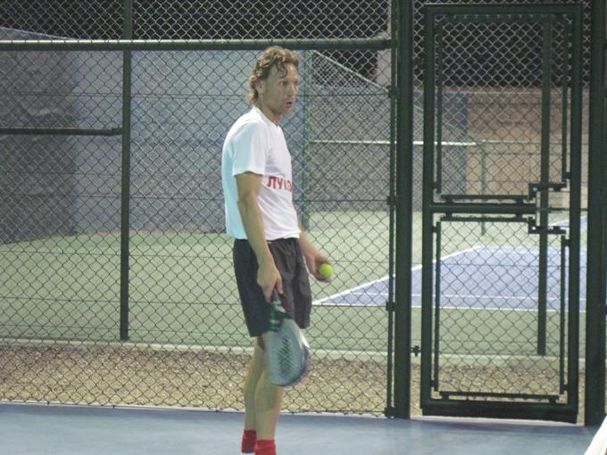 За игрой в теннис