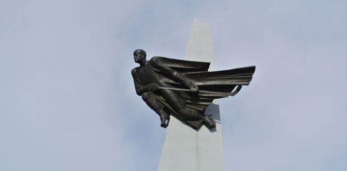 Стела в честь Виктора Блинова перед одноимённой ареной