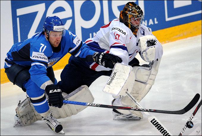 Лео Комаров в матче против сборной Франции
