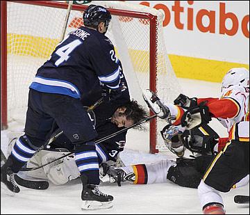 Вратарям в НХЛ достаётся слишком часто