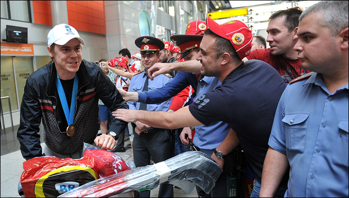 Евгений Медведев, встреча чемпионов мира в аэропорту