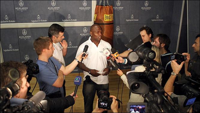 На встрече с журналистами Тони много шутил, но весь сарказм уходил в сторону, когда речь заходила о предстоящем бое.