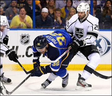 """8 мая 2013 года. Сент-Луис. Плей-офф НХЛ. 1/8 финала. Матч № 5. """"Сент-Луис"""" — """"Лос-Анджелес"""" — 2:3 (ОТ). Крис Портер пробивается к воротам """"королей"""""""