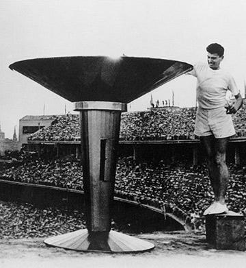 В 1928 году олимпийский огонь впервые зажгли на стадионе летних Игр в Амстердаме