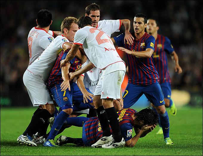 Порой, игроки каталонского падали и хватались за лицо в те моменты, когда до них даже не дотрагивались