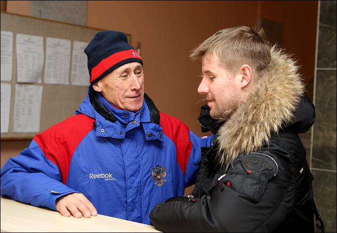 Александр Рязанцев (справа): последние наставления работников новогорской базы.