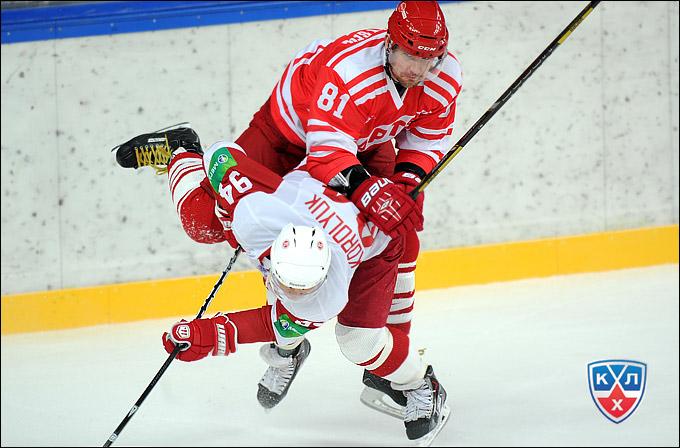 Александр Рязанцев не только мощно стреляет от синей линии, но и лупит соперников