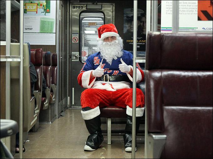 Если пьяный и с бабой – значит, русский Дед Мороз. Если трезвый, один и на хоккей – значит Санта-Клаус.