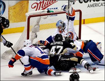 """9 мая 2013 года. Питтсбург. Плей-офф НХЛ. 1/8 финала. Матч № 5. """"Питтсбург"""" — """"Айлендерс"""" — 4:0. Очередная атака на ворота """"островитян"""""""