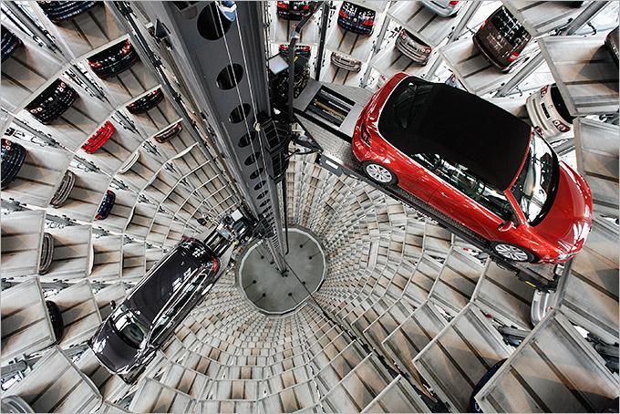 """Самым запоминающимся объектом """"Автограда"""" являются две 48-метровые автобашни концерна Volkswagen. Каждая конструкция вмещает по 400 автомобилей"""