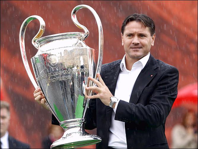 Дмитрий Аленичев с главным трофеем Лиги чемпионов УЕФА