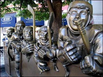 Скульптурная группа перед входом в Зал хоккейной Славы