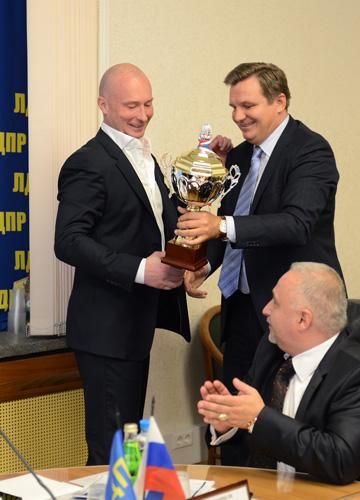 Игорь Ананских вручил Игорю Лебедеву кубок, завоёванный представителями партии на футбольном турнире