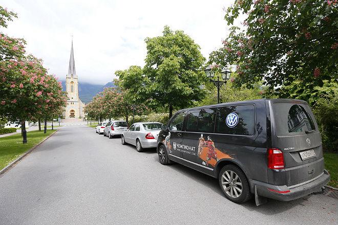 Фургон Volkswagen Multivan, на котором бригада журналистов «Чемпионата» выехала из Москвы в Париж