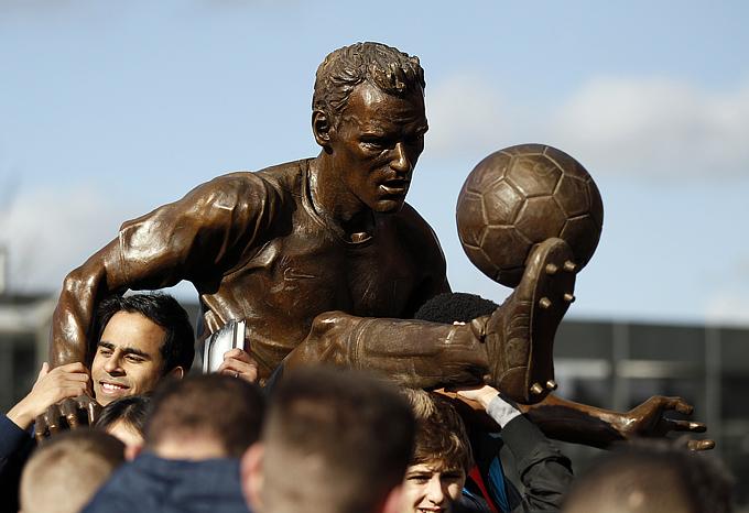 """Статуя знаменитого нападающего лондонского """"Арсенала"""" Денниса Бергкампа был открыта на стадионе """"Эмирейтс"""""""