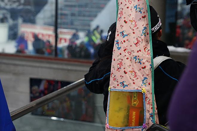 Розовый чехол для винтовки у японской спортсменки Фуюко Татизаки