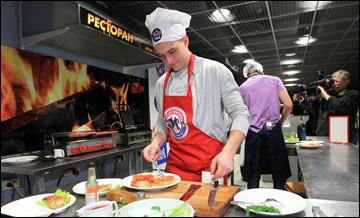 Евгений Григоренко на кулинарном конкурсе
