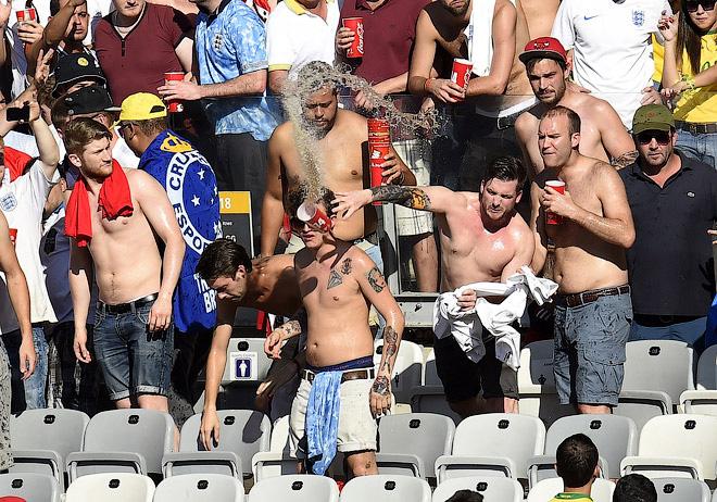 Английские болельщики пытались устроить драку…