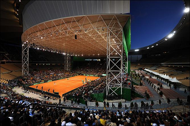 Несмотря на украденную часть крыши стадион в Севилье выглядит внушительно.