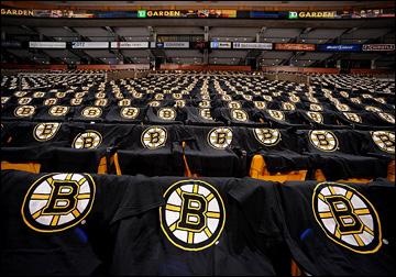 Так в Бостоне встречают своих болельщиков. Майки — всем!