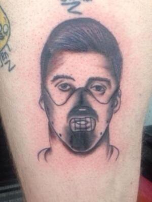 Татуировка с изображением Суареса в маске Ганнибала Лектера