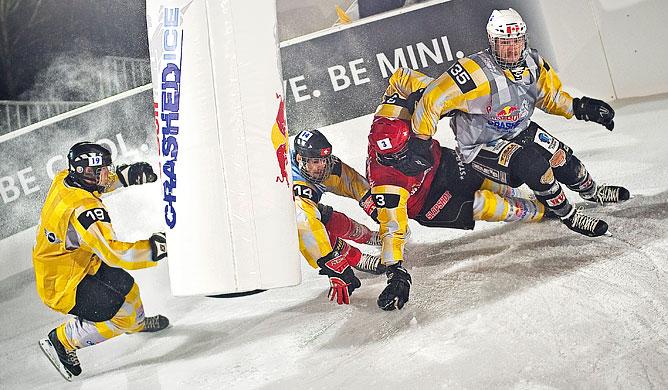 Андре Гэбриэль опережает Джима де Паоли, Кима Мюллера и Гвена ван Акена в финале Red Bull Crashed Ice 2011 15 января.