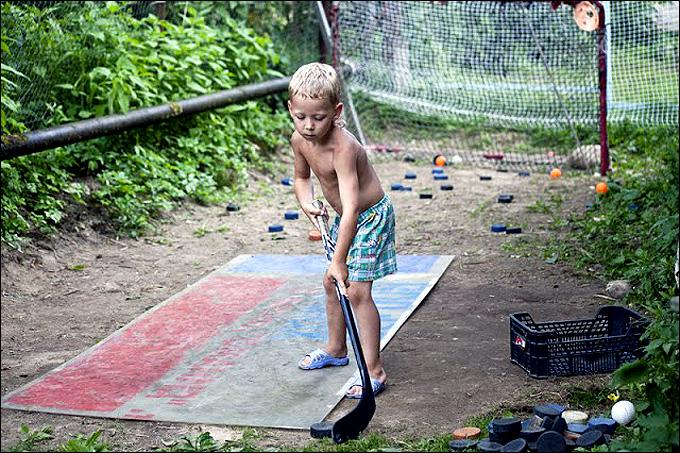 Именно на этом месте когда-то начинали учиться хоккею Александр и Алекс.