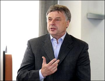 Тренер женской сборной России по хоккею Юрий Новиков