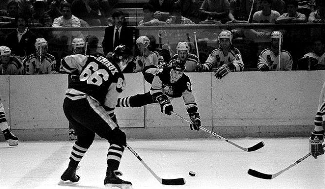 """Фрагменты сезона. 6 декабря 1985 года. """"Питтсбург Пингвинз"""" — """"Нью-Йорк Рейнджерс"""". В атаке Марио Лемье и Джим Джонсон."""
