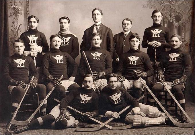 """""""Портэдж Лэйкс"""" образца 1904 года. Уильям в среднем ряду, второй справа"""