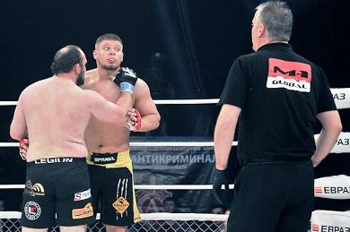 Через мгновение Ибрагимов нанесёт удар головой в челюсть Смолдареву и будет пожизненно дисквалифицирован с турниров М-1.