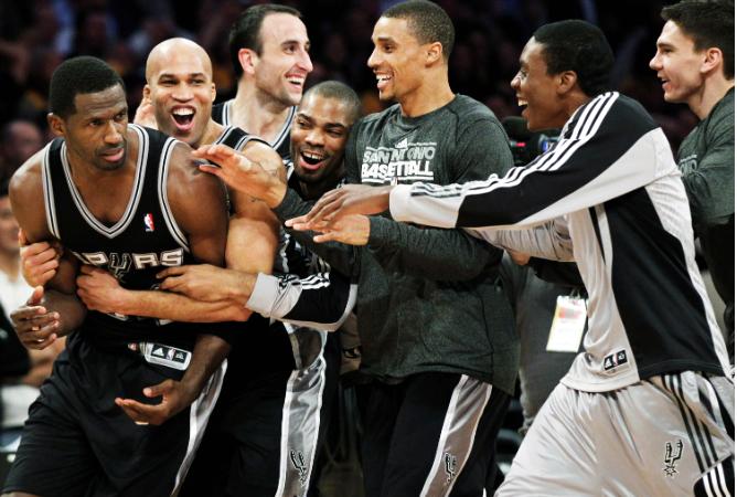 """Баскетболисты """"Сан-Антонио"""" поздравляют Антонио Макдайесса с победным броском после финальной сирены матча против """"Лейкерс"""""""