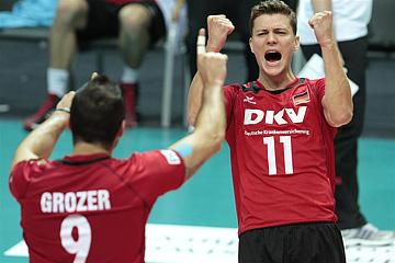 Связующий сборной Германии Лукас Кампа празднует победу над болгарами