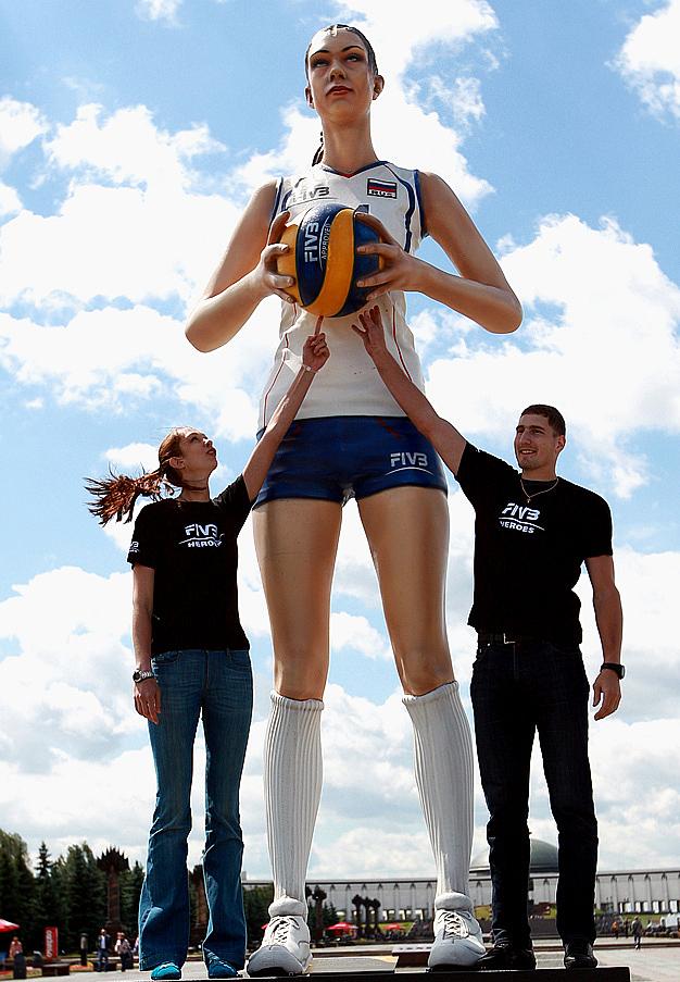 Скульптура Екатерины Гамовой на Поклонной горе, установленная во время этапа Кубка мира по пляжному волейболу