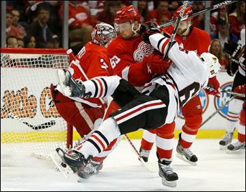 """23 мая 2013 года. Детройт. Плей-офф НХЛ. 1/4 финала. Матч № 4. """"Детройт"""" — """"Чикаго"""" — 2:0. Юаким Андерссон останавливает Эндрю Шоу"""
