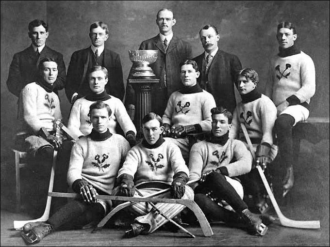 """1907 год. """"Кенора Тистлс"""" с Кубком Стэнли. Арт Росс крайний справа в первом ряду"""