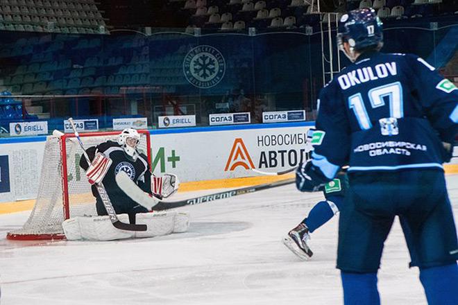 Константин Окулов забивает шайбу в ворота «Белых»