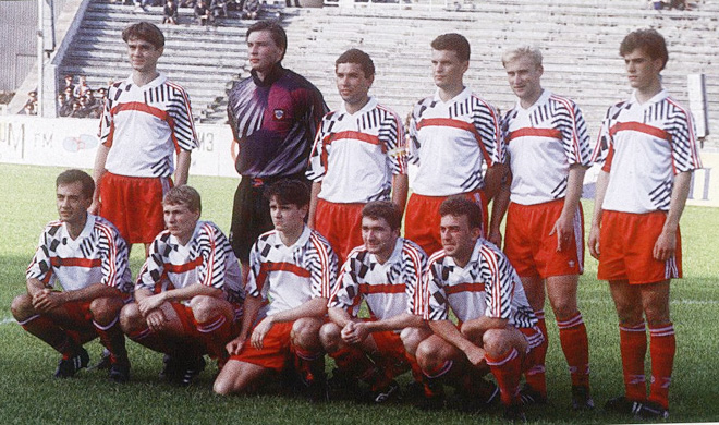 Александр Смирнов (второй справа в верхнем ряду)