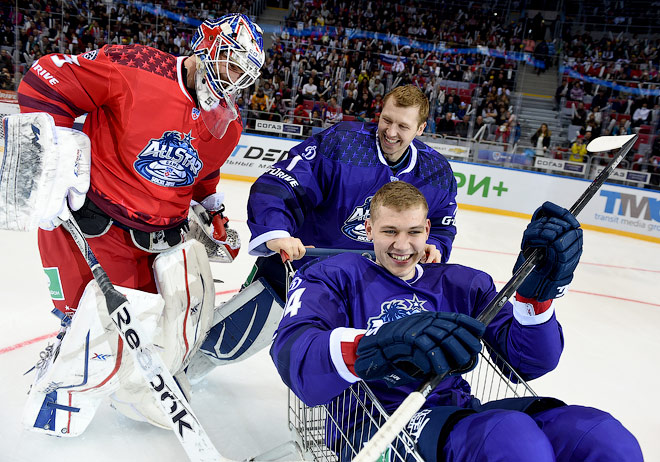 Александр Салак вышел на лёд в шлеме СКА