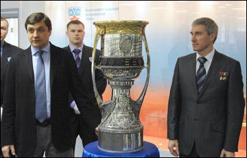 Валерий Каменский (слева) и Сергей Крикалев с Кубком Гагарина