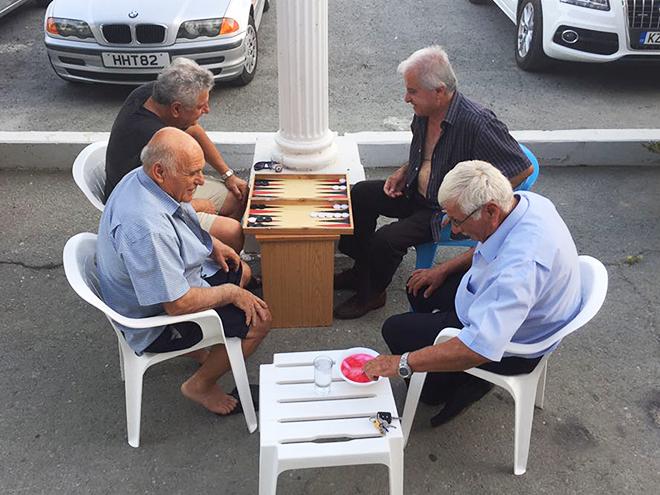 В шесть часов вечера жители Ларнаки играют разве что в нарды – да и то под навесом