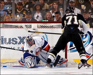 "3 мая 2013 года. Питтсбург. Плей-офф НХЛ. 1/8 финала. Матч № 2. ""Питтсбург"" — ""Айлендерс"" — 3:4. Евгений Малкин атакует ворота тезки Набокова"