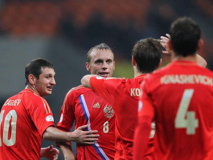 Игроки сборной России празднуют минимальную победу над Азербайджаном