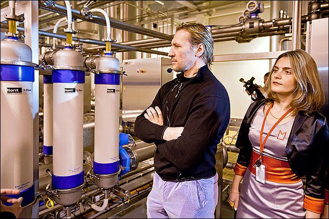 Алексей Ковалёв на экскурсии по заводу Московской пивоваренной компании
