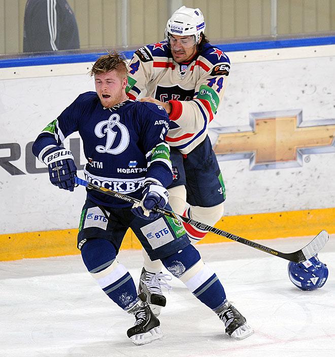 Через секунду Артюхин уложит Яласваару на лёд