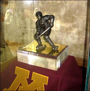 """""""Хоби Бейкер Эвард"""" — приз, вручаемый с 1981 года лучшему хоккеисту университетского хоккея"""