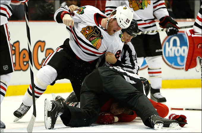 """23 мая 2013 года. Детройт. Плей-офф НХЛ. 1/4 финала. Матч № 4. """"Детройт"""" — """"Чикаго"""" — 2:0. Брайан Бикелл пытается достать Абделкейдера сквозь судью"""