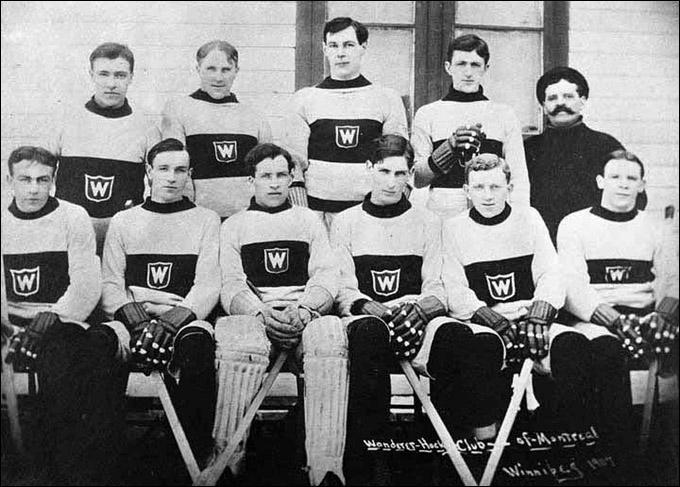 """""""Монреаль Вандерерс"""" после победы в Кубке Стэнли-1907. Стюарт в верхнем ряду, крайний слева"""