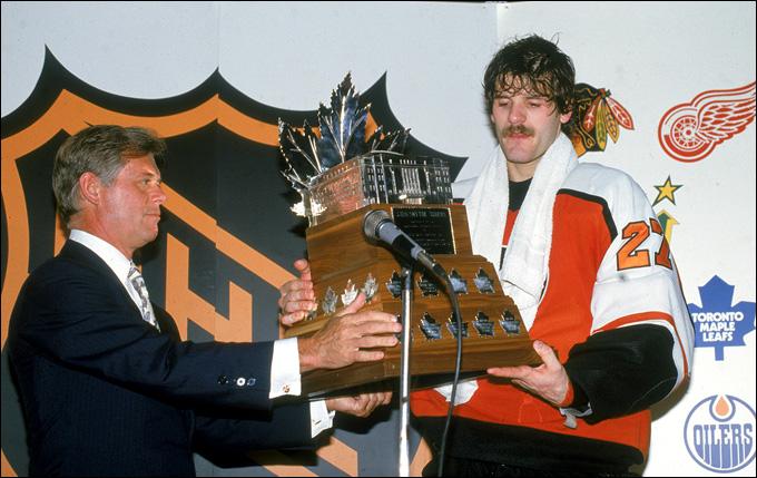 """Президент НХЛ Джон Зиглер и вратарь """"Филадельфии"""" и сборной Канады Рон Хекстал"""