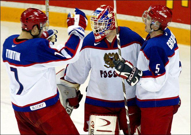 Федор Тютин, Андрей Медведев и Денис Гребешков празднуют очередную победу молодежной сборной — теперь в Канаде.